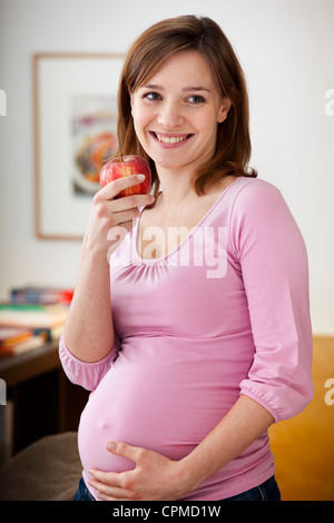 PREGNANT WOMAN EATING Banque D'Images