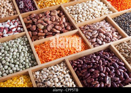 Les pois, haricots et lentilles dans la boîte en bois Banque D'Images