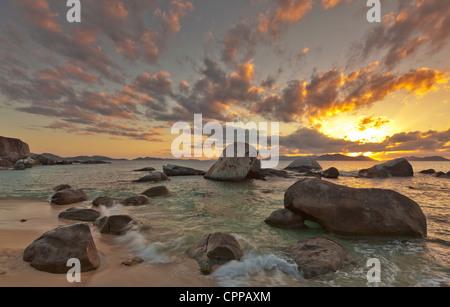 Virgin Gorda, îles Vierges britanniques, les Caraïbes lumière du soir sur la plage avec des rochers au Parc National Banque D'Images
