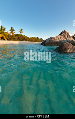 Virgin Gorda, îles Vierges britanniques dans les Caraïbes piscine protégée parmi les rochers de granit sur la plage Banque D'Images