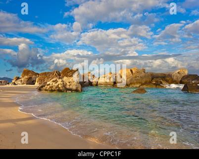Virgin Gorda, îles Vierges britanniques dans les Caraïbes protégés piscine entourée de rochers de granit sur la Banque D'Images