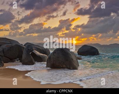 Virgin Gorda, îles Vierges britanniques, les Caraïbes de rochers à fleur d'eau dans les vagues de peu de Trunk Bay Banque D'Images