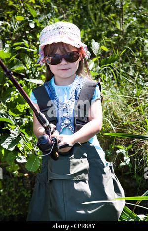 Petite fille de l'été à la pêche sur le lac Banque D'Images