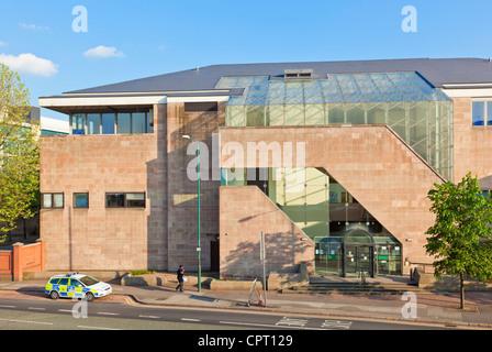 Voiture de police arrêté à l'extérieur de la cour de la couronne de Nottingham City Centre Bretagne Angleterre UK Banque D'Images