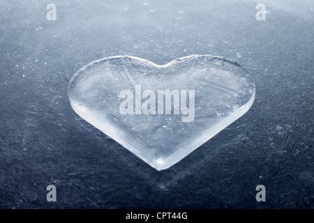 Un morceau de glace en forme de coeur.