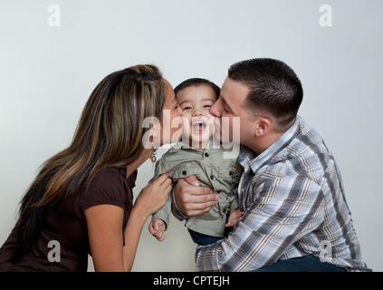 Mère et père embrassant tout-petit fils Banque D'Images