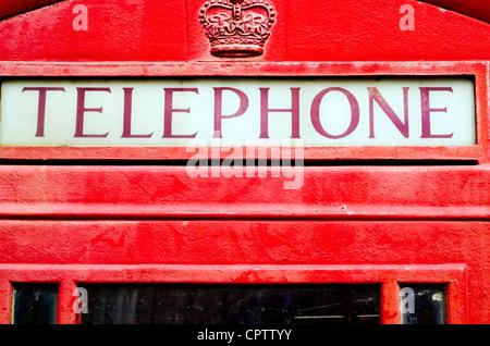 Close-up de l'emblématique britannique rouge téléphone fort. Banque D'Images