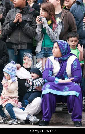 Les Canadiens d'origines multiculturelles au St Patrick's parade Montréal Banque D'Images