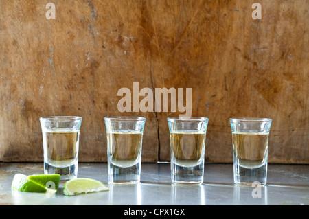 Rangée de tequila shots Banque D'Images
