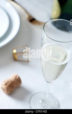 Verre de champagne sur la table Banque D'Images