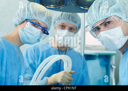 Chirurgiens dans scrubs pendant le fonctionnement Banque D'Images