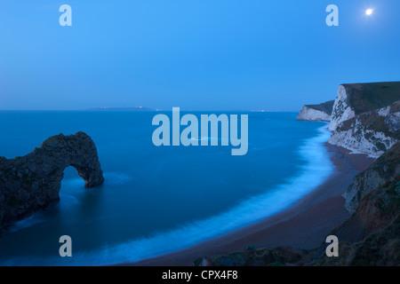 Clair de lune sur la côte jurassique, avec Durdle Door (à gauche) et au-delà de Portland, Dorset, England, UK Banque D'Images