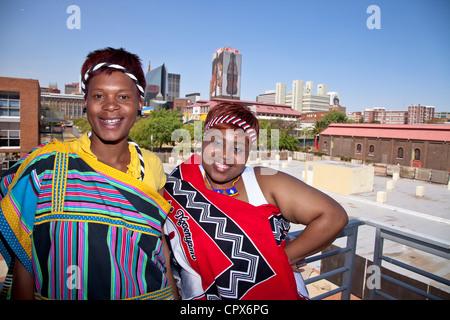 2 Les femmes africaines habillés en vêtements traditionnels sourire à l'appareil photo Banque D'Images
