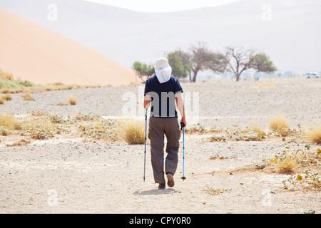 Randonnée pédestre dans le désert de Namib Banque D'Images