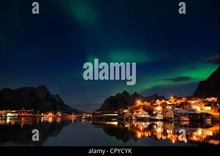 La Norvège, Nordland County, îles Lofoten, l'île de Moskenes, aurora borealis sur Reine village de pêcheurs Banque D'Images