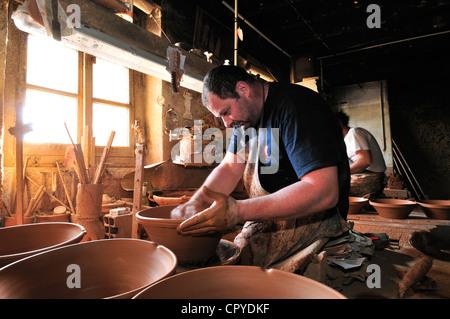 Les frères pas à leur famille, la poterie Poterie pas, jetant à la main la cassole vaisselle pour la cuisine Cassoulet. Banque D'Images