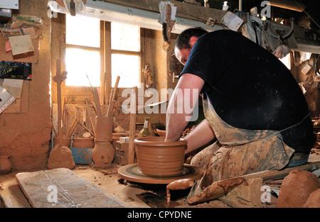 Pas un frère à sa famille, la poterie Poterie pas, jetant à la main la cassole vaisselle pour la cuisine Cassoulet. Banque D'Images