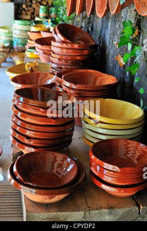 Terrocota et plats émaillés cassoulet cassole pots pour vente à pas de la potterie , près de Castlenaudary, France Banque D'Images