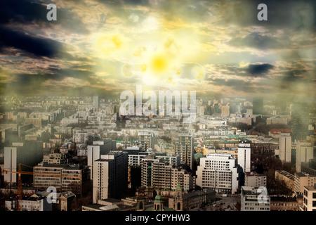 Apocalypse de soleil d'explosion et de l'orage magnétique dans le concept créatif de la ville Banque D'Images