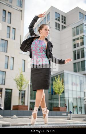 Danseur vêtu de vêtements d'affaires dancing on street Banque D'Images