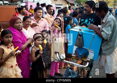 L'Inde, Etat du Kerala, Kochi (Cochin), vendeur de crème glacée Banque D'Images