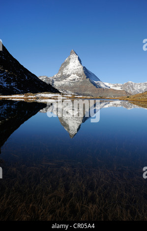 Matterhorn reflète dans le lac, Riffelsee Zermatt, Valais, Suisse, Europe Banque D'Images