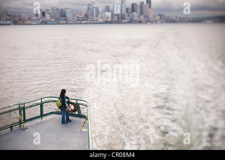 Femme sur le pont du ferry boat Banque D'Images