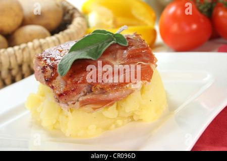 Saltimbocca de veau au bacon, sage et tomates séchées Banque D'Images