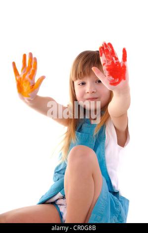 Petite fille beauté ludique avec de nombreuses mains de couleur sur fond blanc