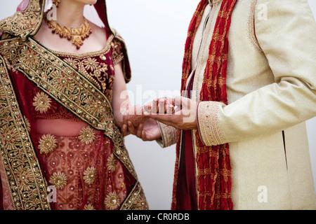 Mariée et le marié dans les vêtements de mariage traditionnel indien Banque D'Images