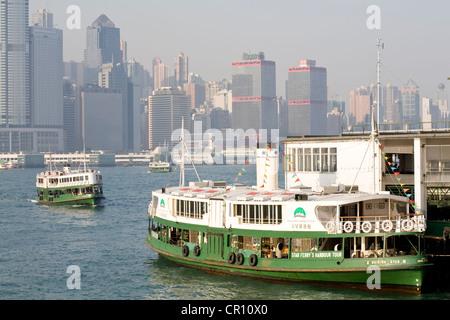La Chine, Hong Kong, Star Ferry Pier, ferries avec District central à l'arrière-plan Banque D'Images