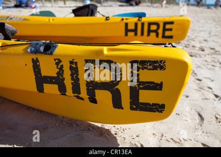 Plage de Coral Bay à l'ouest de l'Australie. Deux voitures pour le canoë sur la plage Banque D'Images