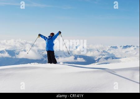 Boy holding bâtons de ski dans la neige Banque D'Images