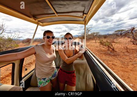 Deux jeunes filles, d'environ 13 et 18 ans, dans un bus, safari Samburu National Reserve, Kenya, Afrique de l'Est, Banque D'Images