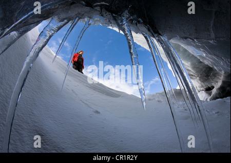 Grotte glaciaire vu du randonneur Banque D'Images