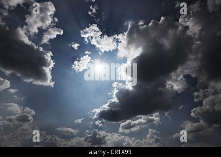 Soleil et nuages dans le ciel bleu Banque D'Images