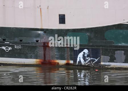 La Grande Faucheuse représenté par le célèbre artiste de rue Banksy sur la coque de l'Hekla showboat amarré à quai de boue de Bristol
