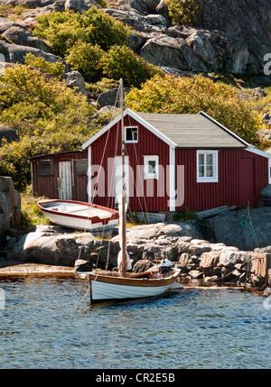Voile dériveur et chalet de vacances idylliques dans Båteviken Cove sur l'île Hönö Öckerö, municipalité, le sud Banque D'Images