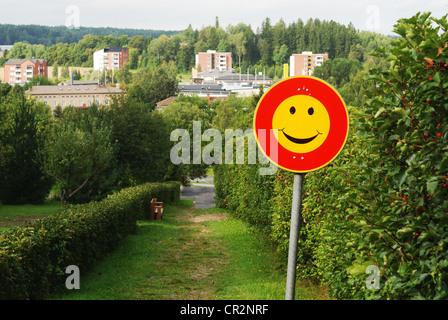 Smiley signe de la circulation en ville Pernio, Finlande Banque D'Images