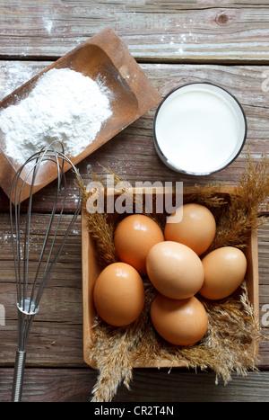 Les oeufs, la farine, le lait et fouetter Banque D'Images
