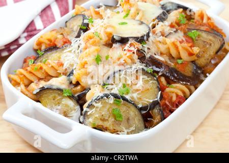 Faire cuire les pâtes, avec une sauce tomate, aubergine frits dans l'huile d'olive, mozzarella et parmesan sur le Banque D'Images