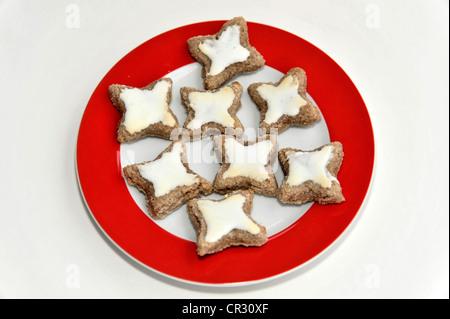 Cannelle étoiles délicates, les biscuits de Noël Banque D'Images