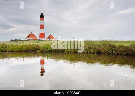 Westerheversand Phare sur la péninsule d'Eiderstedt, avec un reflet, Frise du Nord, Schleswig-Holstein, Allemagne, Banque D'Images