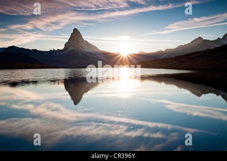 Coucher du soleil au Mont Cervin avec reflets dans le lac Stellisee, Zermatt, Valais, Suisse, Europe, PublicGround Banque D'Images