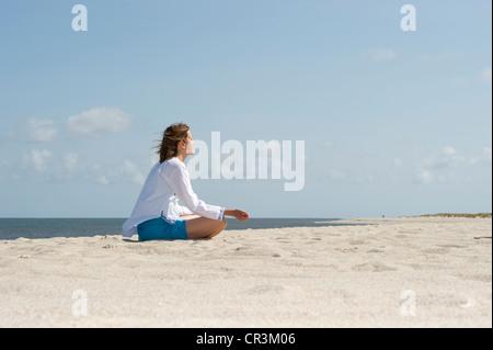 Femme sur la plage, liste, l'île de Sylt, Schleswig-Holstein, Allemagne, Europe Banque D'Images