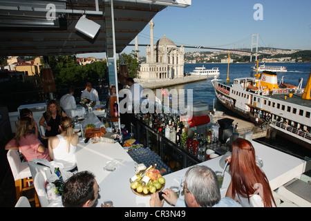 La Turquie, Istanbul, Bosphore bar sur les banques, la Mosquée Ortakôy et pont du Bosphore dans l'arrière-plan Banque D'Images