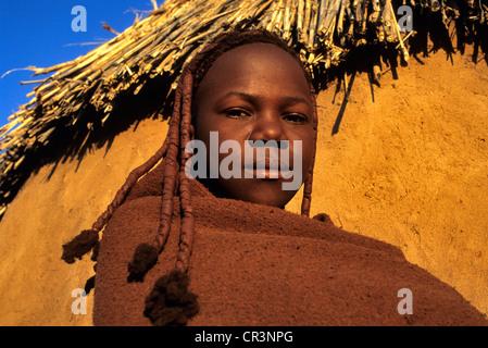 La Namibie, Kaokoland. Une jeune fille Himba en tenue