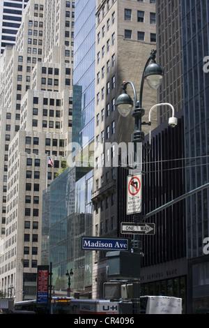 À l'ouest sur la 42e St. à partir de Madison avenue le long d'un des murs du canyon de l'Amérique de corporation. Banque D'Images