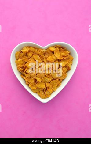 Des Cornflakes dans un bol en forme de coeur en porcelaine Banque D'Images