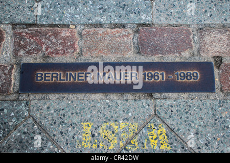 Plaque commémorative du Mur de Berlin, Berliner mauer 1961-1989, dans le sol le long de la manière, Allemagne Banque D'Images